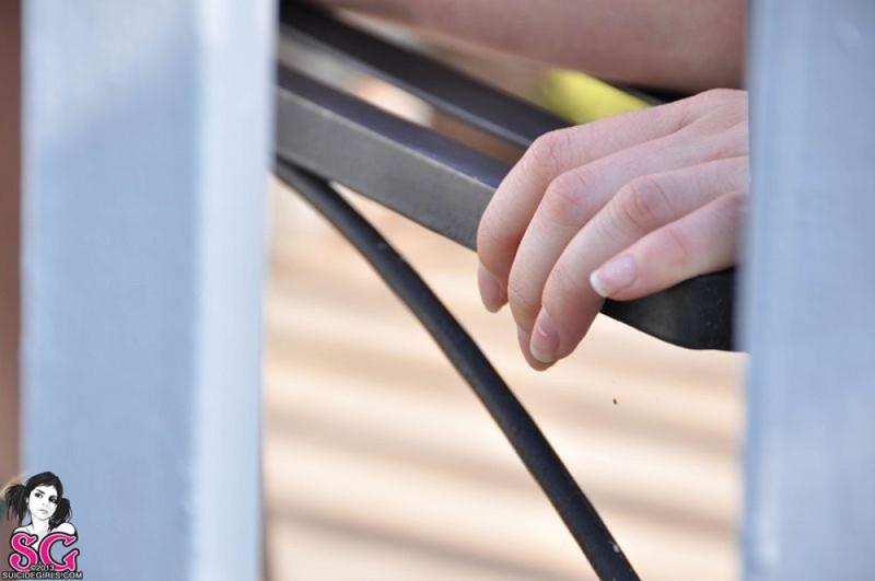 Милая неформалка на балконе показала тату по всему телу 23 фото