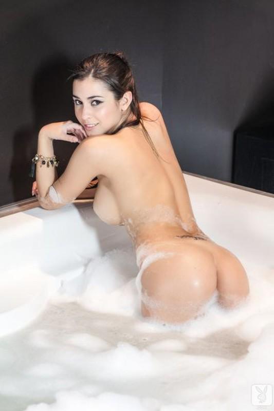 Стройная брюнетка позирует в пенной ванне 3 фото