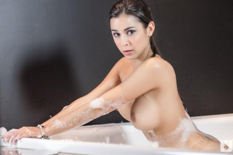 Стройная брюнетка позирует в пенной ванне 23 фото