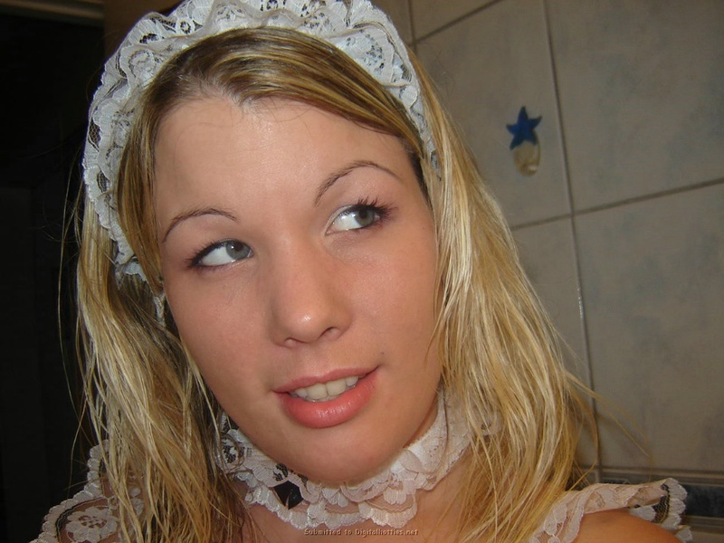 Няшная блондинка с пирсингом в языке примеряет наряд сексуальной горничной 22 фото