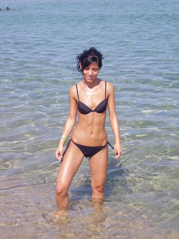 Худая разведенка стоит в воде и позирует дома без одежды 3 фото