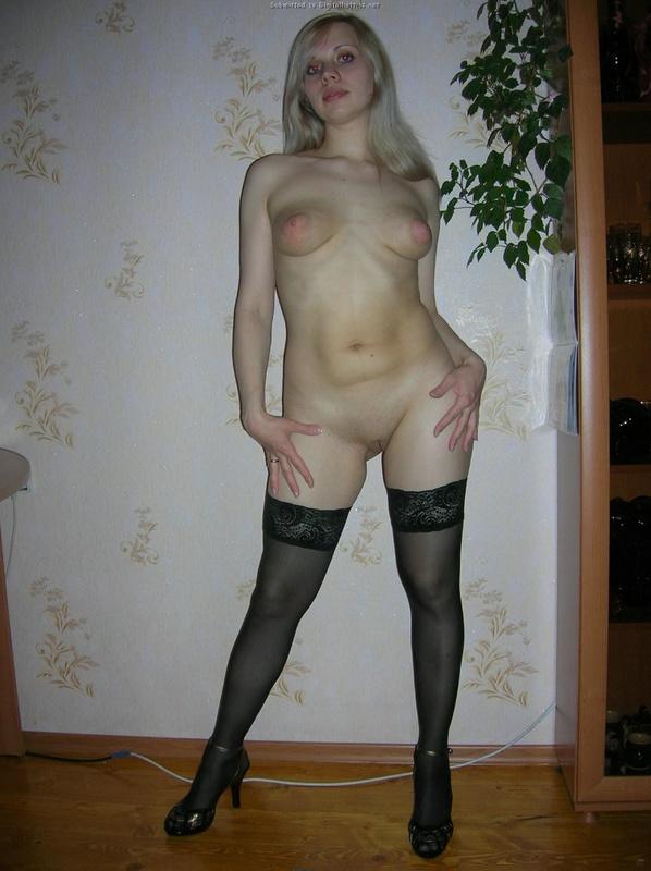 Блондинка раздевается на природе и мастурбирует огурцом дома 3 фото