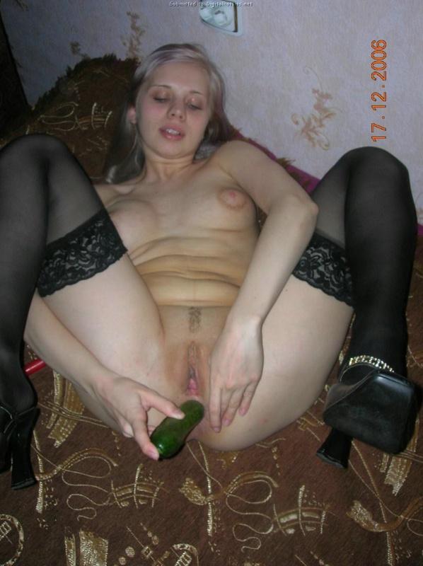 Блондинка раздевается на природе и мастурбирует огурцом дома 19 фото