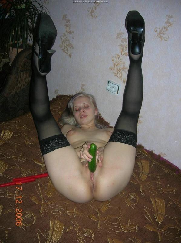Блондинка раздевается на природе и мастурбирует огурцом дома 23 фото