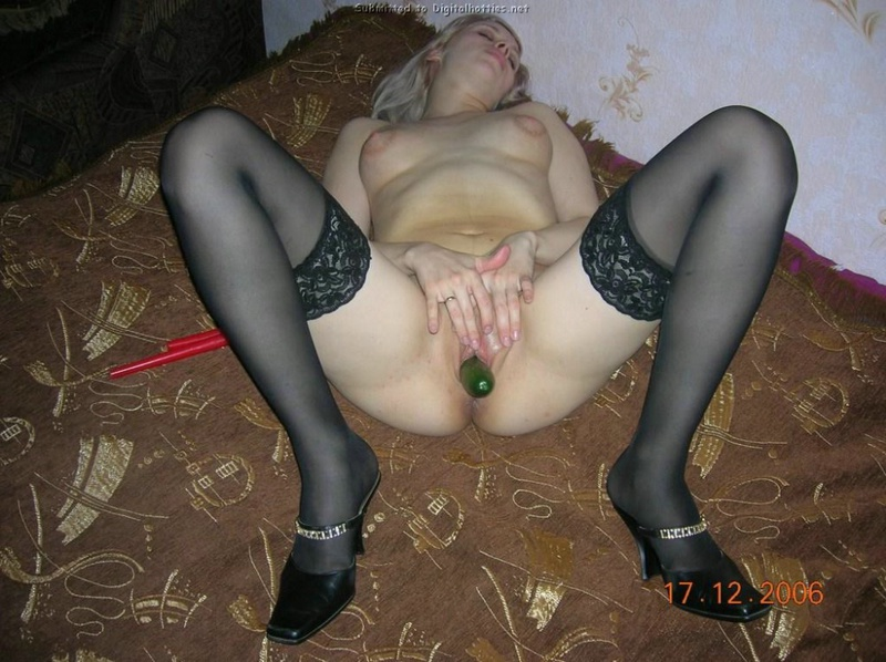 Блондинка раздевается на природе и мастурбирует огурцом дома 20 фото
