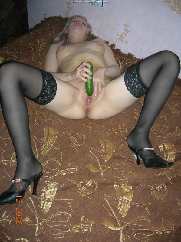 Блондинка раздевается на природе и мастурбирует огурцом дома 21 фото
