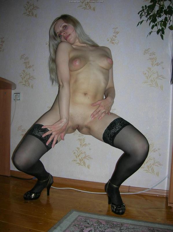 Блондинка раздевается на природе и мастурбирует огурцом дома 22 фото