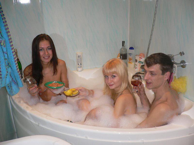 Девушки купаются в ванне и удовлетворяют свои дырки по-всякому 9 фото