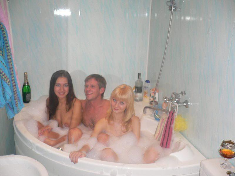 Девушки купаются в ванне и удовлетворяют свои дырки по-всякому 1 фото