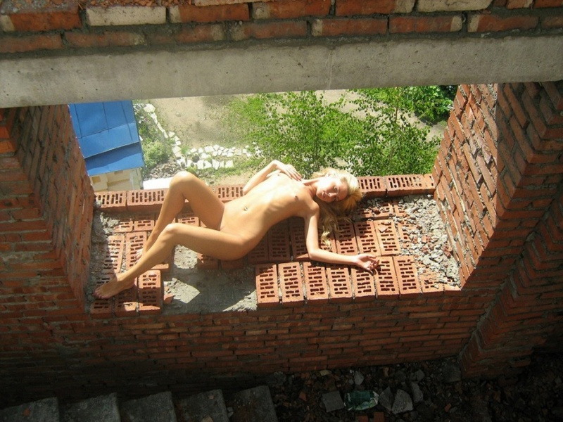 Две русских лесбиянки оголились на стройке 9 фото