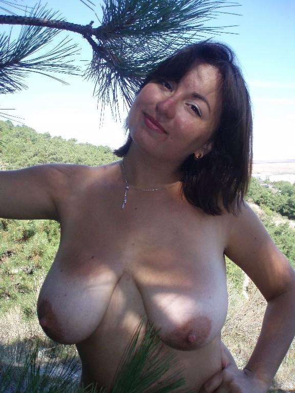 Пухленькая мамаша купается на нудистском пляже 5 фото