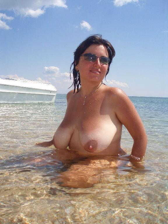 Пухленькая мамаша купается на нудистском пляже 12 фото