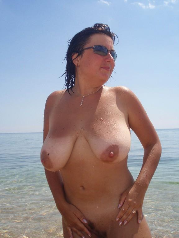 Пухленькая мамаша купается на нудистском пляже 17 фото