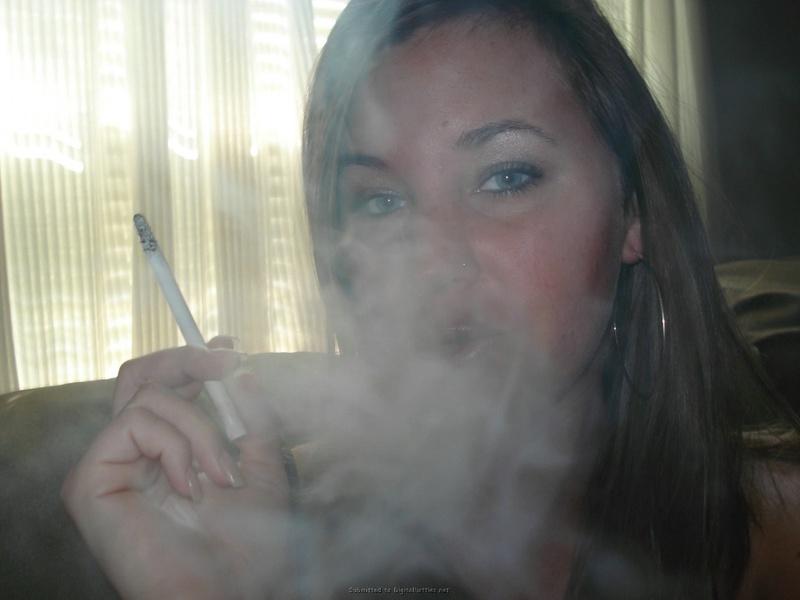 Подборка пошлых снимков курящей стервы с серыми глазами 21 фото