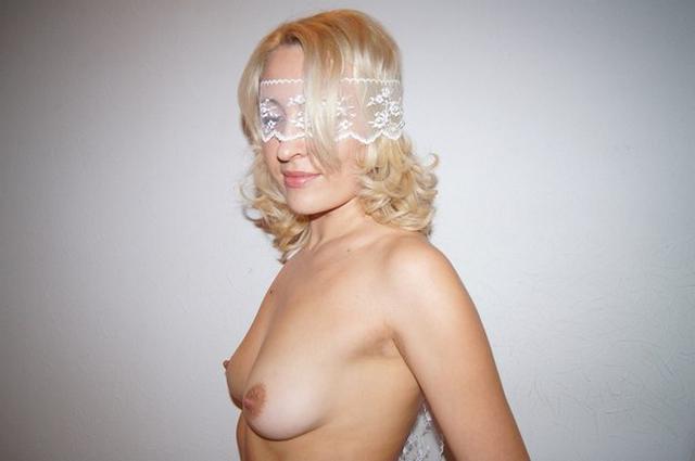 Голая мамочка показывает свою вагину и еще кое что 14 фото