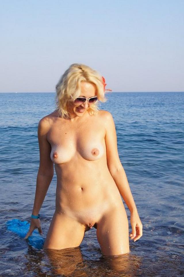 Голая мамочка показывает свою вагину и еще кое что 21 фото