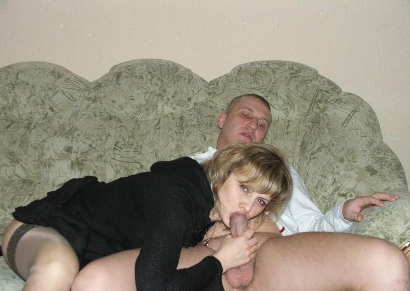 Взрослая баба пошло позирует дома и делает минет молодому хахалю 1 фото