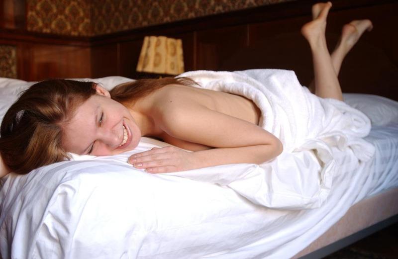 Рыжая девушка с натуральной грудью сняла халат в постели 4 фото