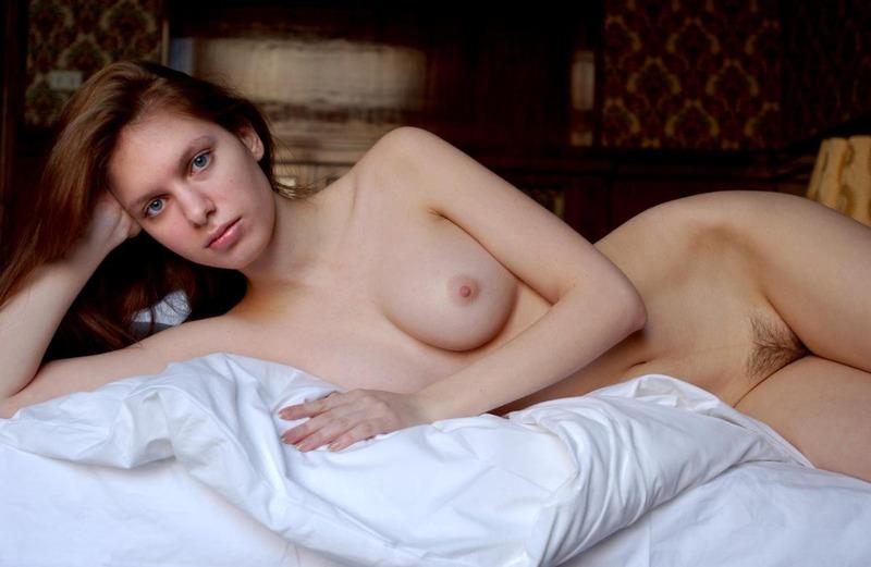Рыжая девушка с натуральной грудью сняла халат в постели 12 фото