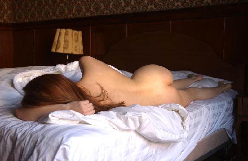 Рыжая девушка с натуральной грудью сняла халат в постели 10 фото