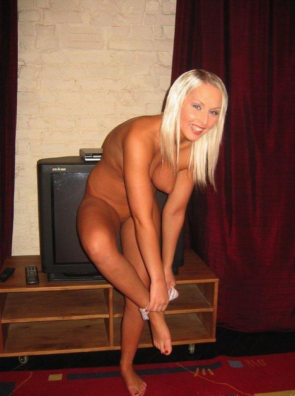 Блондинка с торчащими сосками ждет мужа возле телевизора 8 фото