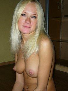 Игривой блондинке кончили на грудь