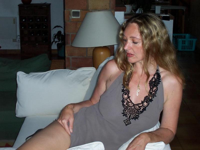 Грудастая жена 35ти лет подставляет тело под камеру для мужа 3 фото