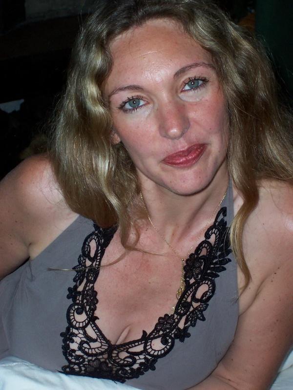 Грудастая жена 35ти лет подставляет тело под камеру для мужа 4 фото
