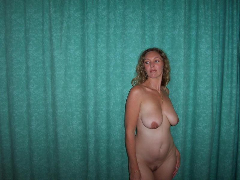 Грудастая жена 35ти лет подставляет тело под камеру для мужа 12 фото