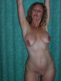 Грудастая жена 35ти лет подставляет тело под камеру для мужа