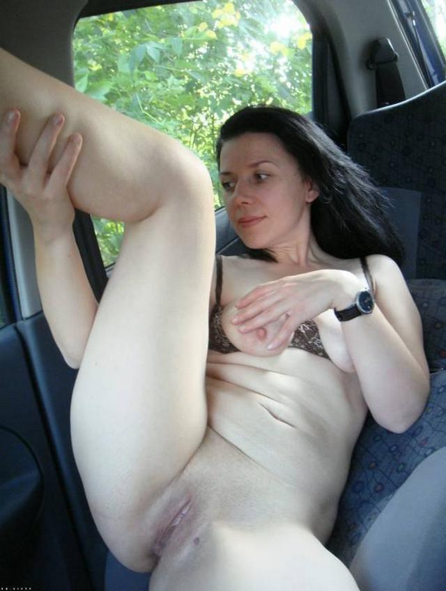 Сочные жены расставляют ноги и светят голыми пилотками на камеру 24 фото