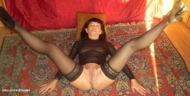 Сочные жены расставляют ноги и светят голыми пилотками на камеру 5 фото