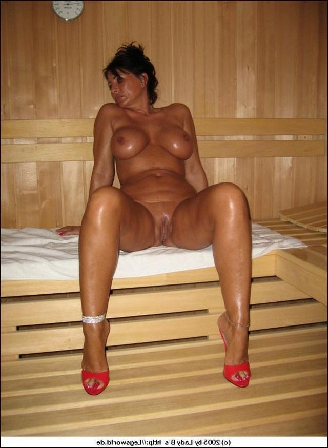 Сочные жены расставляют ноги и светят голыми пилотками на камеру 46 фото