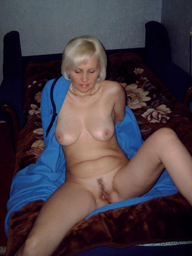 Сочные жены расставляют ноги и светят голыми пилотками на камеру 44 фото