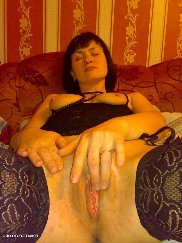 Сочные жены расставляют ноги и светят голыми пилотками на камеру 35 фото