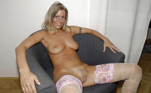 Сочные жены расставляют ноги и светят голыми пилотками на камеру 32 фото