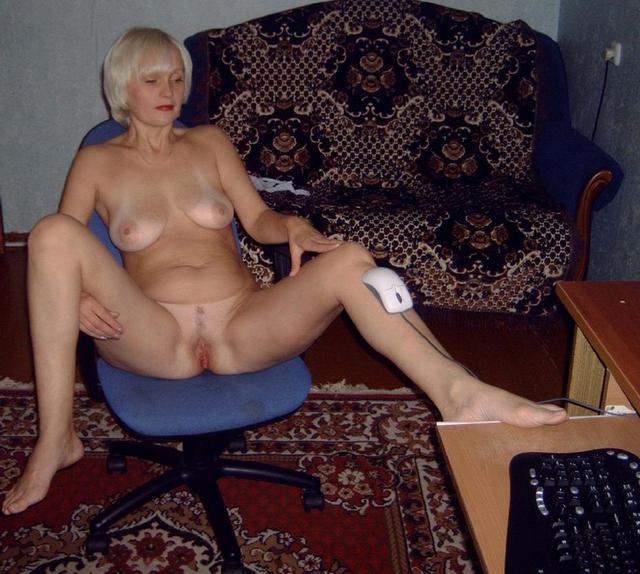 Сочные жены расставляют ноги и светят голыми пилотками на камеру 33 фото