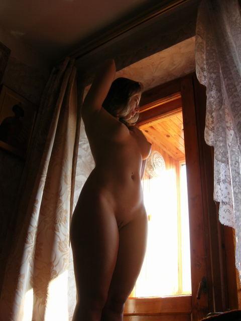 Молодая мамочка позирует на улице и у себя дома 6 фото