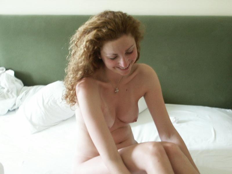 Парень делает кадры голой телки перед сексом и дерет её киску 22 фото