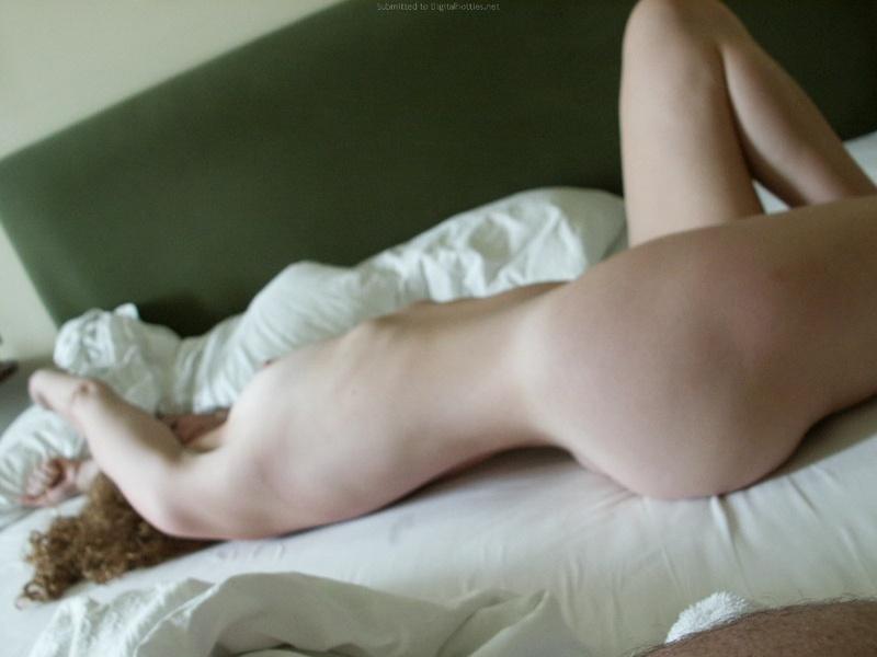 Парень делает кадры голой телки перед сексом и дерет её киску 24 фото