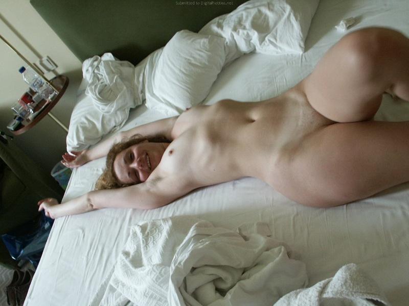 Парень делает кадры голой телки перед сексом и дерет её киску 25 фото