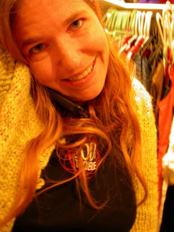 Рыжая мамка играет дома с писей 2 фото