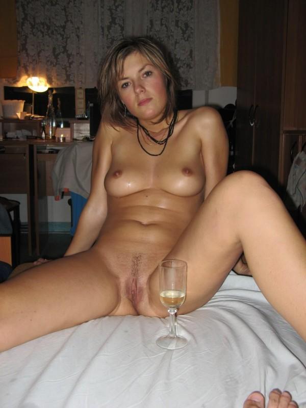 После ванной, баба напилась с любовником и собралась трахаться 13 фото