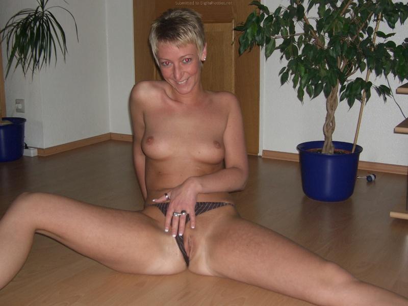 Зрелая снимает свою вагину крупным планом 35 фото
