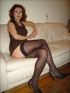 Страстная барышня в чулках и туфельках на диване