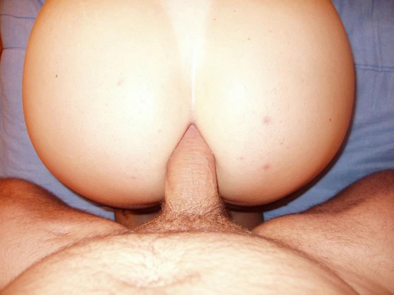 Сочная жена демонстрирует пышный зад и трахается с мужем 17 фото