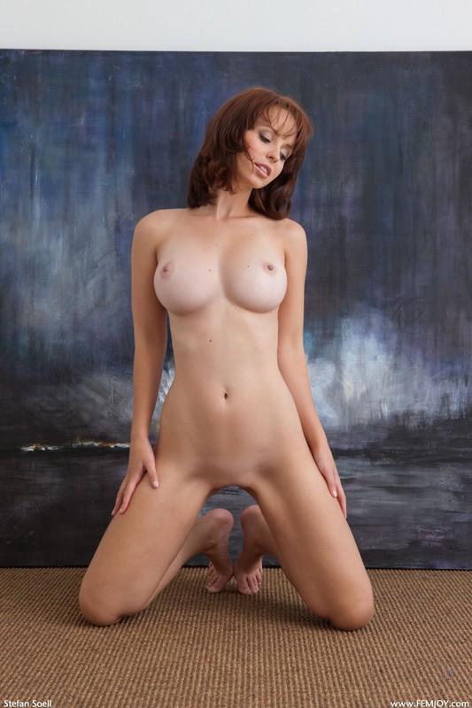 Студентка с красивой грудью сидит на полу под картиной 35 фото