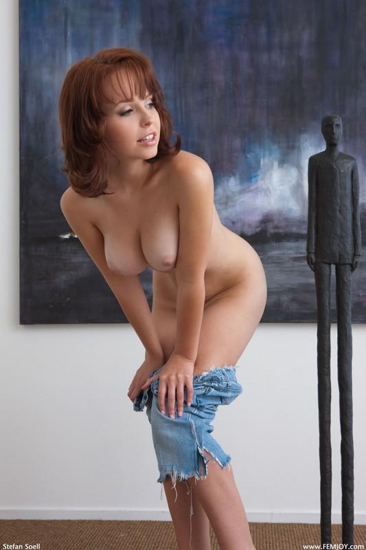 Студентка с красивой грудью сидит на полу под картиной 19 фото