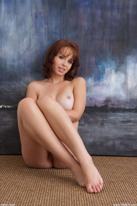 Студентка с красивой грудью сидит на полу под картиной 28 фото