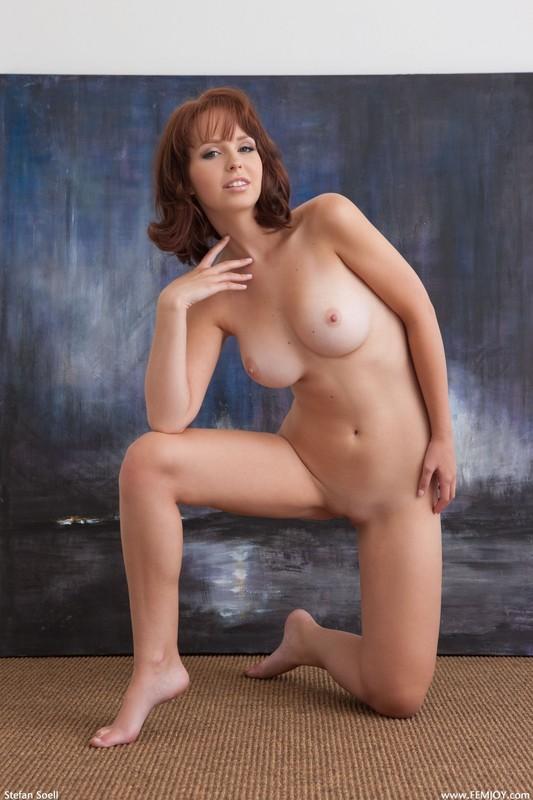 Студентка с красивой грудью сидит на полу под картиной 39 фото